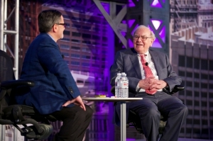 Quicken Loans Inc. founder Dan Gilbert interviews billionaire investor Warren Buffett about why he is bullish on Detroit.