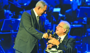 Israeli Prime Minister Benjamin Netanyahu (left) hands the Genesis Prize to Israeli-American violinist Itzhak Perlman on June 23. Photo by Kobi Gideon / GPO