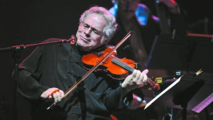 Itzhak Perlman performs