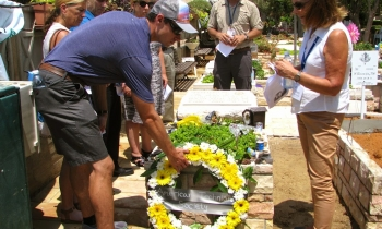 """Laying down a wreath at the grave of Sean Carmeli, an IDF """"Lone Soldier"""" from Texas"""