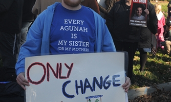 """Menachem Roetter of Oak Park attended a demonstration in Dayton, Ohio, to support all """"chained"""" women or agunot who are denied a get or religious divorce — including his mother."""
